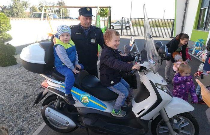 """Posjet prometne policije PU Ivanec Dječjem vrtiću """"Čarolija"""""""